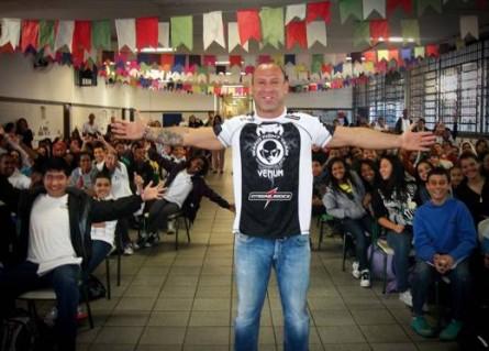 Wand (foto) visita escola. Foto: Divulgação