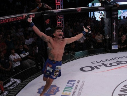 R. Silva (foto) comemora a conquista do título dos galos. Foto: Fernando Azevedo (Jungle Fight/Divulgação)
