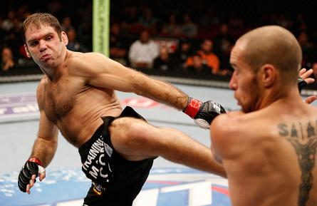 A. Riley (esq.) tenta aplicar um chute em J. Salas (dir.). Foto: Josh Hedges/UFC