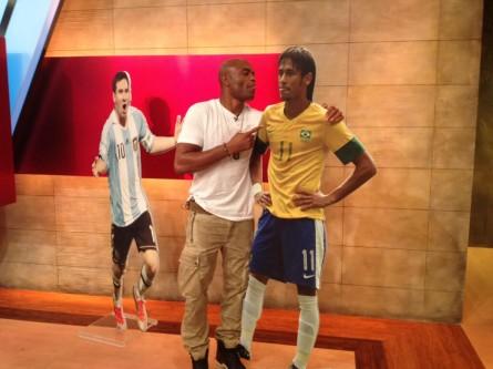 A. Silva ignora Messi e brinca com boneco de Neymar. Foto: Reprodução/Twitter
