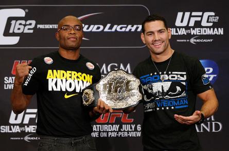 A. Silva (esq.) e C. Weidman (dir). se enfrentam na luta principal do UFC 168 Foto: Josh Hedges/UFC