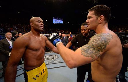 Revanche entre A. Silva (esq.) e C. Weidman (dir.) acontece no dia 28 de dezembro. Foto: Josh Hedges/UFC