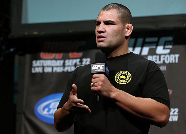 C. Velasquez (foto) machucou seu joelho. Foto: Josh Hedges/UFC