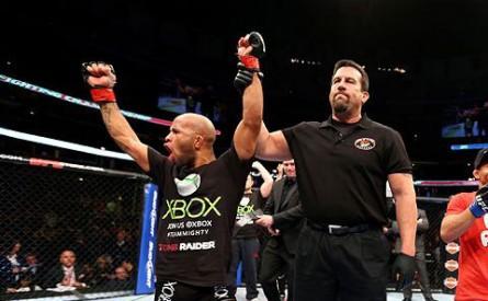 D. Johnson (esq.) defendeu o cinturão dos moscas pela segunda vez. Foto: Josh Hedges/UFC
