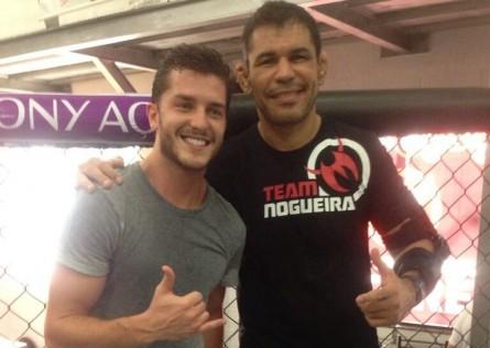 Klebber Toledo (esq.) ao lado de R.Minotauro (dir.) na Team Nogueira. Foto: Twitter/Reprodução