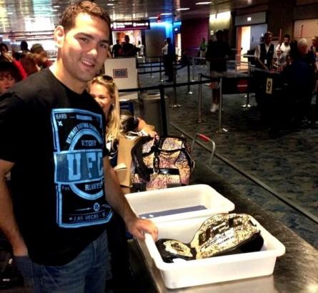 C. Weidman passa o cinturão do UFC pelo raio-x no aeroporto. Foto: Instagram/Reprodução