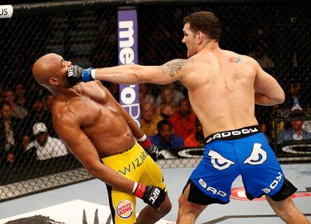 Com a vitória sobre A. Silva (esq.), C. Weidman (dir.) interrompeu uma série invicta de 17 vitórias do brasileiro. Foto: Josh Hedges/UFC