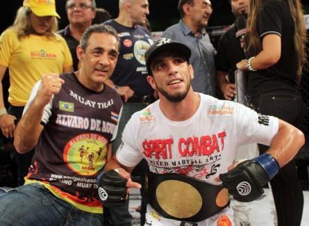 Elias Silvério posa com o cinturão do Jungle após a vitória sobre Junior Orgulho. Foto: Alexandre Modesto/Jungle Fight