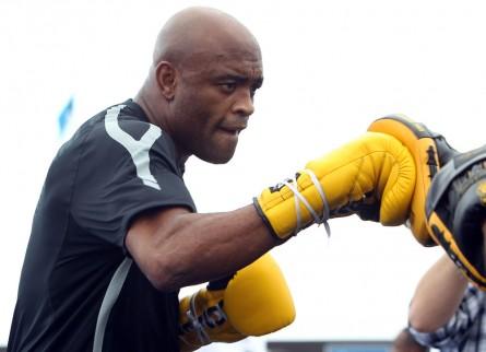 A.Silva (foto) foi treinar e recuperar as energias na Tailândia para a revanche contra C. Weidman. Foto: Josh Hedges/UFC