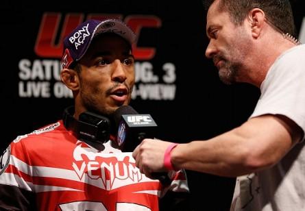 J. Aldo (esq.) contou que lutou com o pé lesionado no UFC Rio 4. Foto: Josh Hedges/UFC
