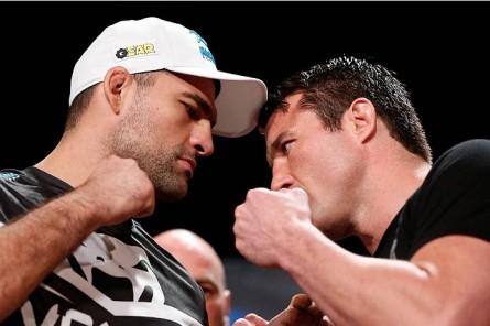 Shogun (esq.) encara Sonnen (dir.) na luta principal do UFC Fight Night 26. Foto: Josh Hedges