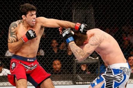 Viscardi (esq.) derrotou B. Marunde no UFC Rio 4. Foto: Josh Hedges