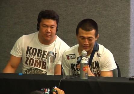 Brian Rhee (esq.) com o Zumbi Coreano na coletiva do UFC Rio 4. Foto: Reprodução/YouTube