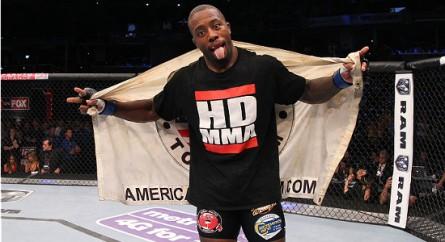 J. High comemora a vitória sobre J. Head coma  bandeira da American Top Team. Foto: Ed Mulholland/Zuffa LLC