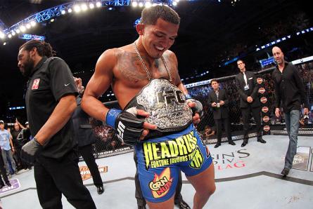 A. Pettis (foto) conquistou o cinturão dos leves em agosto de 2013. Foto: Josh Hedges/UFC