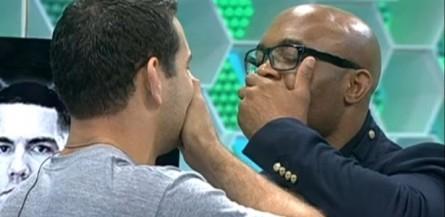 C Weidman, (esq.) encara A. Silva (dir.). Dessa vez, atletas se protegem de selinho. Foto: Reprodução/ Rede Globo