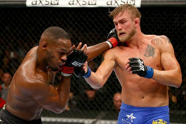 Jones (esq.) teve dificuldades para passar por Gustafsson (dir.) no UFC 165. Foto: Divulgação