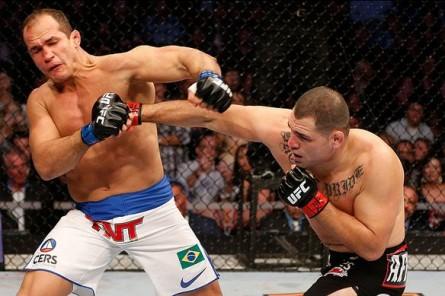 Velasquez domina luta contra Cigano no UFC 166