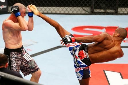A. Nuguette comemora estreia com vitória no UFC. Foto: Josh Hedges