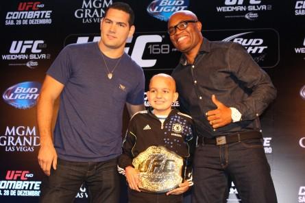 Felipe Adorno com o cinturão, ao lado de Weidman (esq.) e Anderson (dir.). Foto: Lucas Carrano/Super Lutas