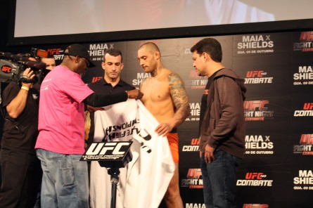 T. Silva (ao centro) tenta chegar ao peso-limite da divisão, mas sem sucesso. Foto: Lucas Carrano/SUPER LUTAS