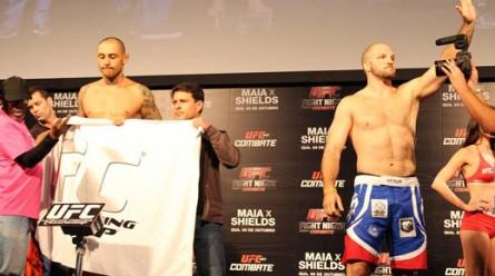 T. Silva (esq.) não bate o peso, enquanto Hammil (dir.) sinaliza para torcida. Foto: Lucas Carrano / SUPER LUTAS