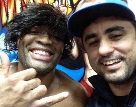 A. Silva (esq.) usa uma peruca após sessão de treinos com R. Lemos (dir.). Foto: Instagram/Reprodução