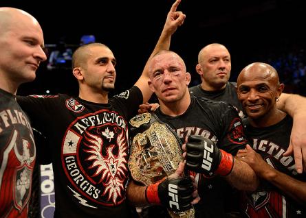 Kristof Midoux (ao fundo) acompanha GSP após a vitória sobre Hendricks. Foto: Donald Miralle/UFC