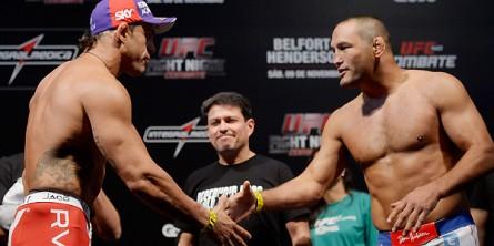 Belfort (esq.) e Henderson (dir.) fazem a luta principal da noite. Foto: Josh Hedges