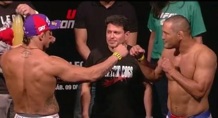 V.Belfort (esq.) e D. Henderson (dir.) se encaram sob o olhar atento de Joe Silva. Foto: YouTube/Reprodução