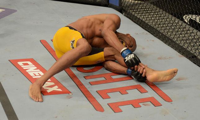 Anderson Silva sofreu a última grave lesão de 2013 no UFC. Foto: Josh Hedges/UFC