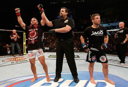 C. Mendes (esq.) comemora sua vitória sobre N. Lentz (dir.). Foto: Josh Hedges/UFC