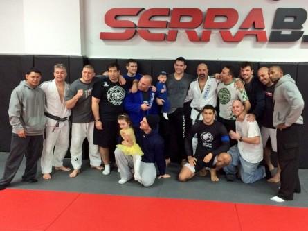 C. Weidman (ao centro) e sua equipe na academia de M. Serra. Foto: Reprodução/Twitter