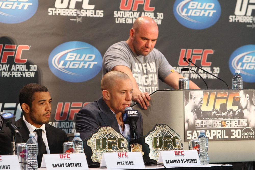 Dana White (de pé) não acredita que St. Pierre (centro) irá retornar. Foto: Divulgação/UFC