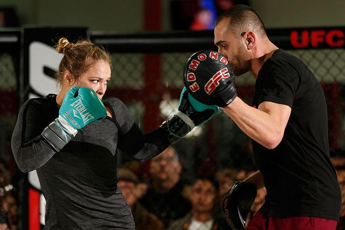 R. Rousey (esq.) treina com Edmond Tarverdyan (dir.). Foto: Josh Hedges/UFC