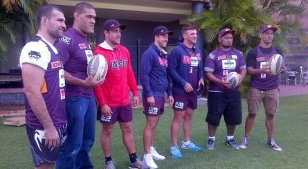Pezão e Shogun (esq.), Te Huna e Hunt (dir.) e os jogadores do Brisbane Broncos. Foto: Twitter/Reprodução