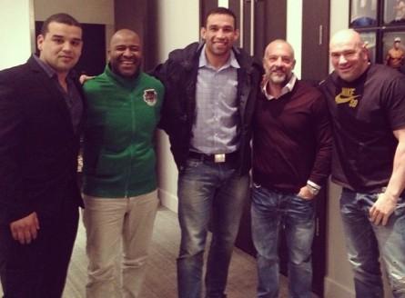 Werdum (ao centro) após reunião com o UFC sobre sua próxima luta. Foto: Instagram/Reprodução