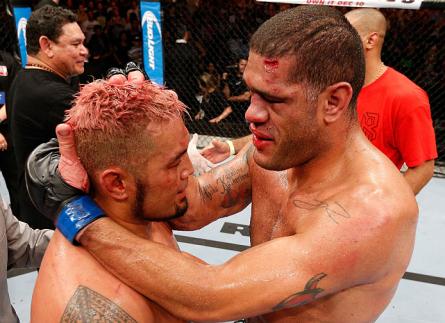 Pezão (esq.) abraça Hunt (dir.) após duelo na Austrália. Foto: Josh Hedges/UFC