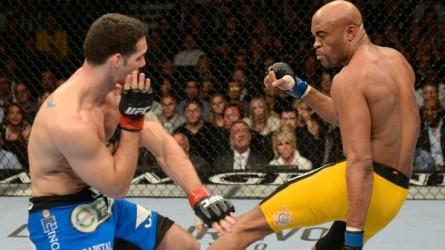 A. Silva (dir.) no momento do chute que resultou na fratura. Foto: Josh Hedges/UFC