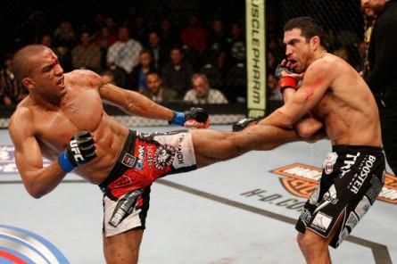 Barboza (esq.) e Castillo (dir.) fizeram a Luta da noite do UFC on Fox 9. Foto: Josh Hedges/UFC