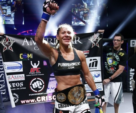 C. Cyborg (foto) conquistou o cinturão da categoria peso pena em julho do ano passado. Foto: Divulgação/Invicta FC