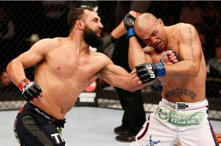 Hendricks (esq.) e Lawler (dir.) se enfrentaram em março. Foto: Divulgação/UFC