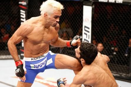 Pepey (esq.) aplica linda joelhada para conseguir o nocaute. Foto: UFC