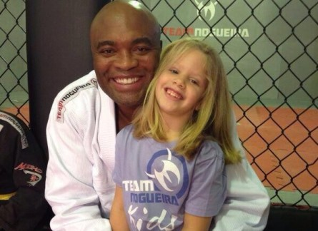 A. Silva (esq.) posa com criança na academia Team Nogueira. Foto: Reprodução/Twitter