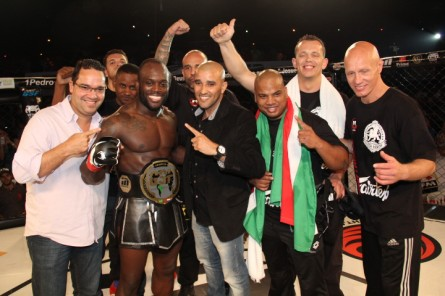 M. Manhoef posa com o cinturão do Gringo. Foto: GSF/MMA4Ever