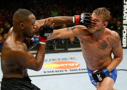 J. Jones (esq.) e A. Gustafsson (dir.) duelaram por 5 rounds no UFC 165. Foto: Josh Hedges/UFC