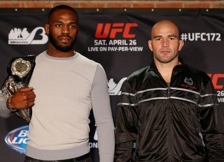 Jones (esq.) levou a melhor sobre Glover (dir.) na luta e nos salários. Foto: Josh Hedges/UFC