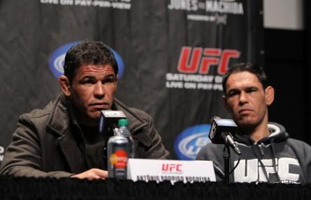 Minotouro (dir.) acredita que Minotauro (esq.) ainda pode lutar em alto nível no UFC. Foto: Josh Hedges/Zuffa LLC