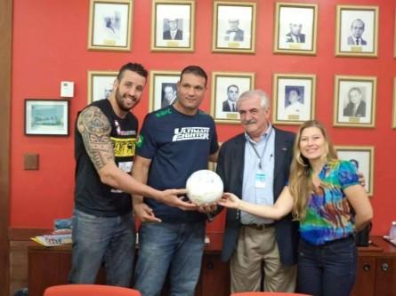 Montanha e Job (esq.) entregam a bola autografada ao INCA. Foto: Luciana Tavares/Divulgação