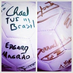Detalhe nos autógrafos da bola doada por Sonnen. Foto: Luciana Tavares/Acervo Pessoal